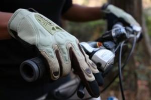 посадка велосипедиста: правильное положение рук и кистей рук